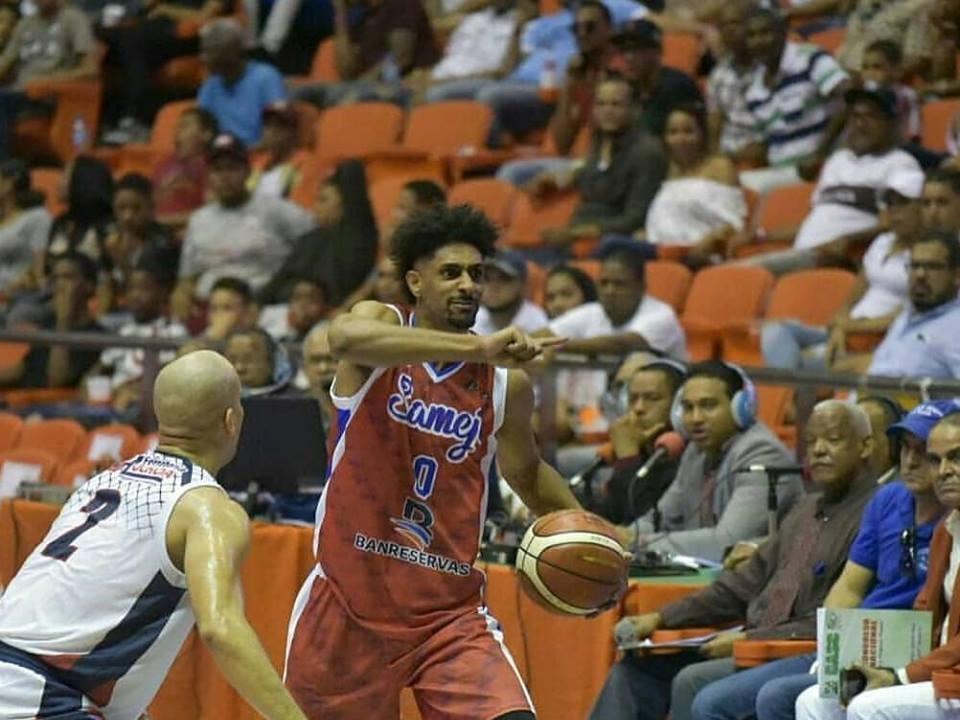 Nehemias Morillo lleva la pelota frente a Ameth Gil