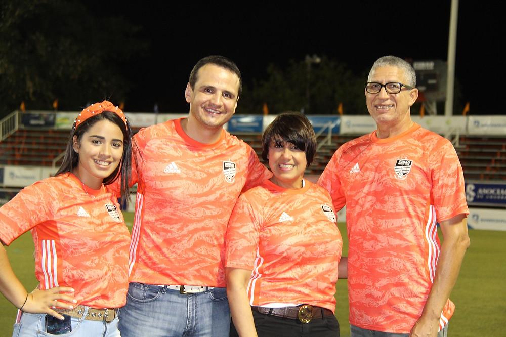 Abdul Atehortua, al centro, recibido por Alberto Polanco doña Mary Reyes y  Jhovanna Acosta