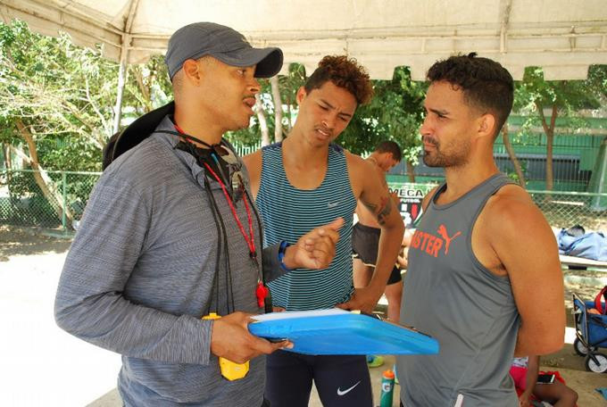 Félix Sánchez da instrucciones a los hermanos Juander y Luguelin Santos. FOTO RAMÓN RODRÍGUEZ
