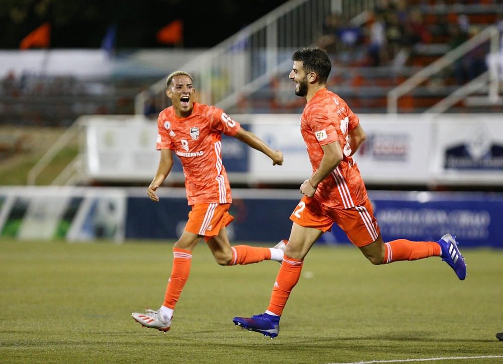 Edarlin Reyes y  el debutante Max Rauhofer, los dos goleadores del ciubao FC,  festejan.