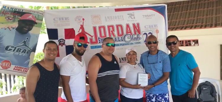 Sobeira Fermín recibe una placa de reconocimiento por parte de los Jordan de Cibao Travel que dirige Pichí Almonte.