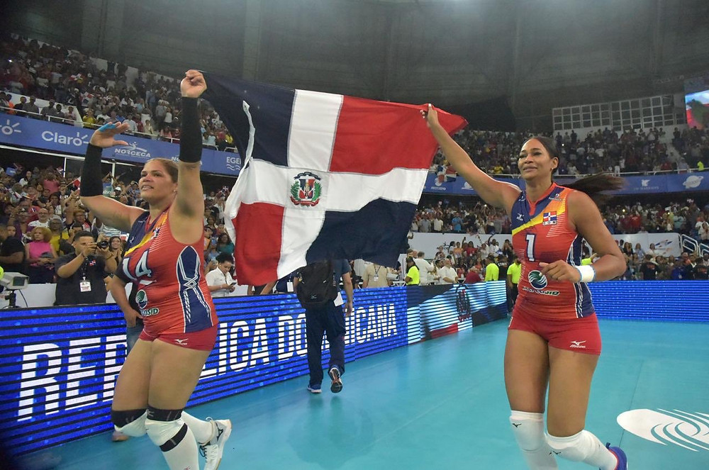 El equipo nacional femenino de voleibol dominicano venció a Puerto Rico en una reñida contienda.