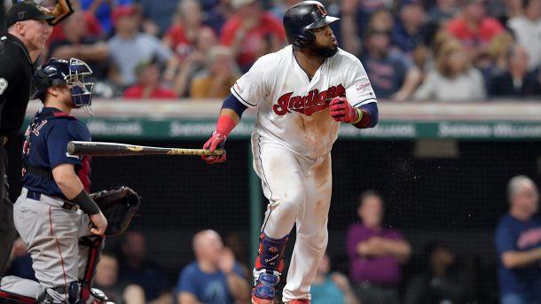 carlos Santana conectó jonrón para abrir la parte baja del noveno inning y enfilar a los Indios de Cleveland a un triunfo el lunes 6-5 sobre los alicaídos Medias Rojas de Boston