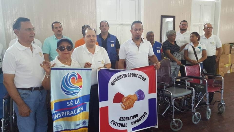 Orlando (Jevo) Núñez, presidente del Quisqueya Sport Club entregando el donativo al Club Rotario de Tamboril.
