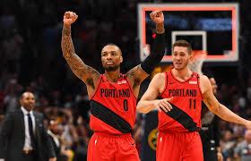 Jugadores de Portland Trail Blazers celebran la victoria.