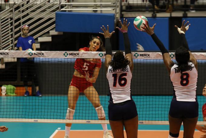 Yonkaira Peña y Cándida Arias intentan bloquear un remate de una de las jugadoras de México.
