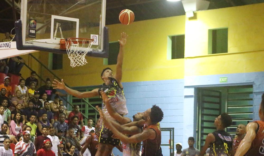 Oliver Liriano del Don Bosco en una jugada de acción ante el José Horacio Rodríguez.