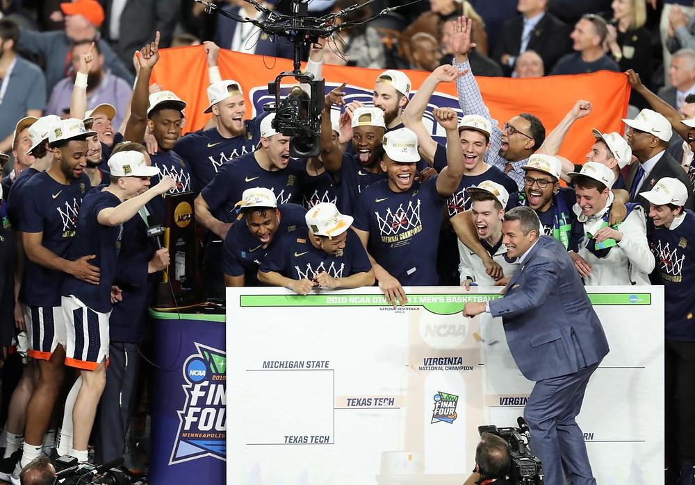 Los jugadores de la universidad de Virginia celebran el título.