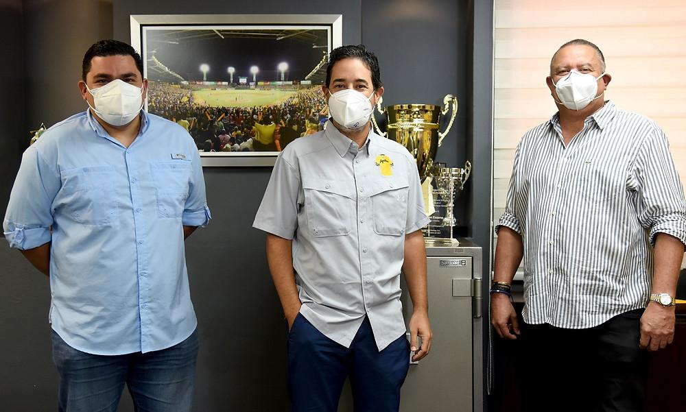 Ángel Ovalles gerente general, Quilvio Hernandez y Felix Fermin dirigente Águilas Cibaeñas