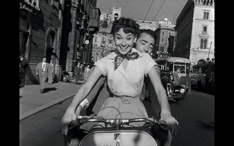 Audry Hepburn y Gregory Peck en una escena de Vacaciones en Roma.
