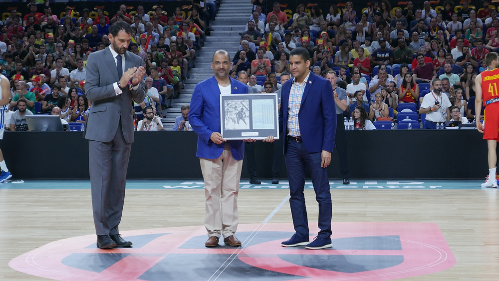 """Previo al partido entre República Dominicana y España, fue realizado un tributo a Candido Antonio """"Chicho"""" Sibilio, leyenda dominicana que brilló en el baloncesto español"""
