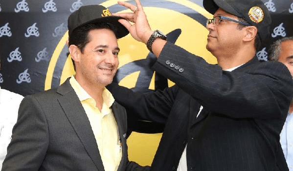 Quilvio Hernández recibe la gorra de las Águilas del ex Presidente Adriano Valdez Russo