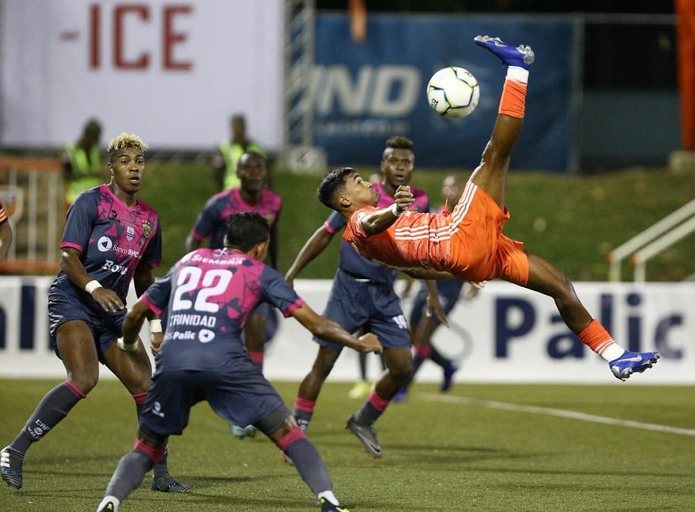 Acción del Torneo Apertura Cibao FC contra Pantoja