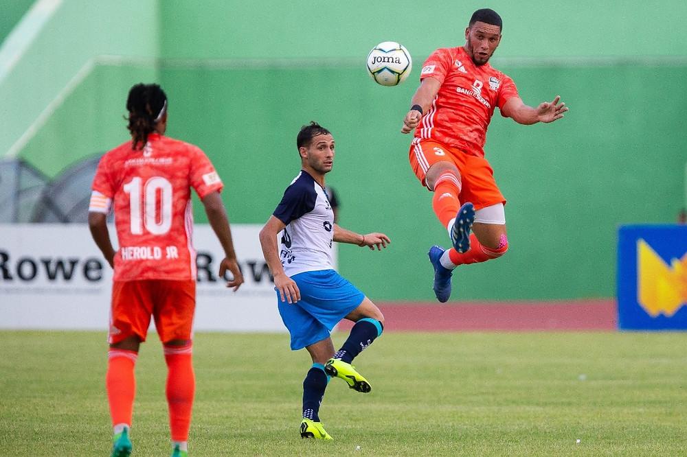 Herold Jr y Danco Garcia jugando evitando a Pablo Marisi