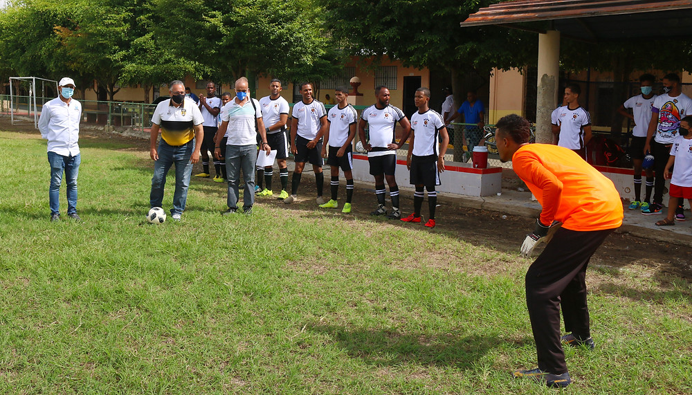 José Luis Paulino realiza el saque de honor del evento Barrial de Fútbol dedicado a su persona