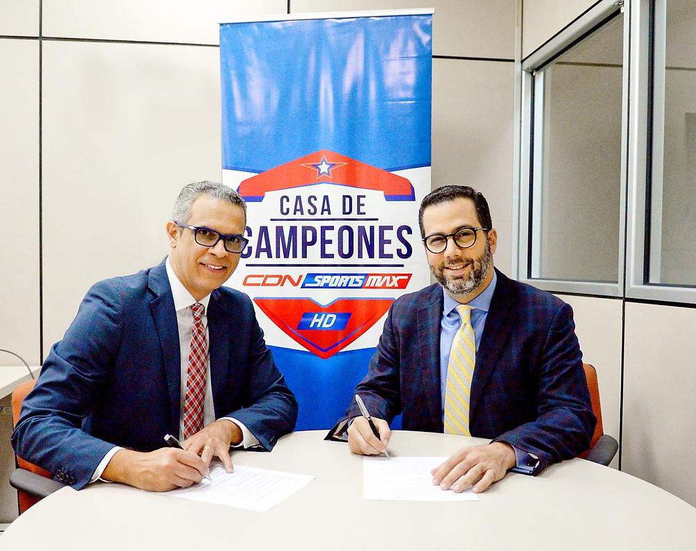 Desde la izquierda Frank Camilo, director de CDN Sports Max y Manuel Luna, presidente de Fedofutbo