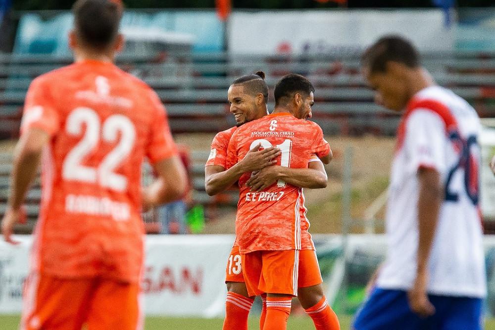 Rafa Flores es felicitado tras su segundo gol del partido