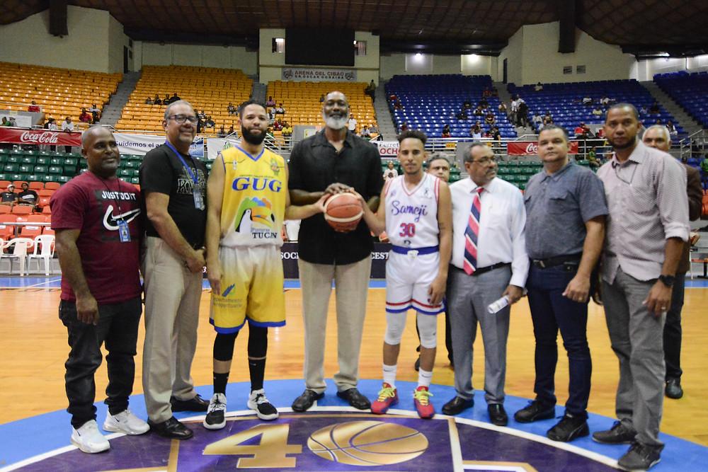 El ex astro de la NBA Karl Malone el Cartero, valoro el talento que se exhibe en el baloncesto de esta ciudad durante la realización del saque de honor