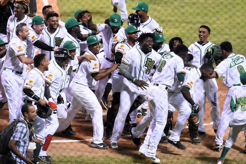 Estrellas Orientales celebran victoria frente a los Toros