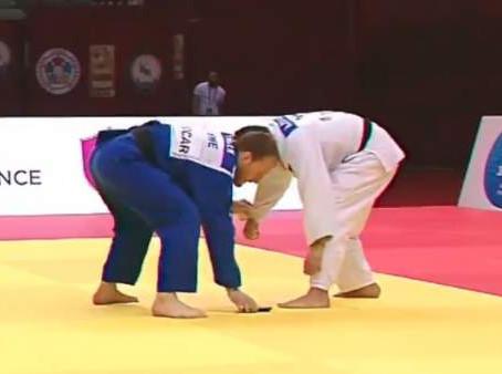 La insólita descalificación de un judoka que se le cae el teléfono móvil en pleno combate en Bakú