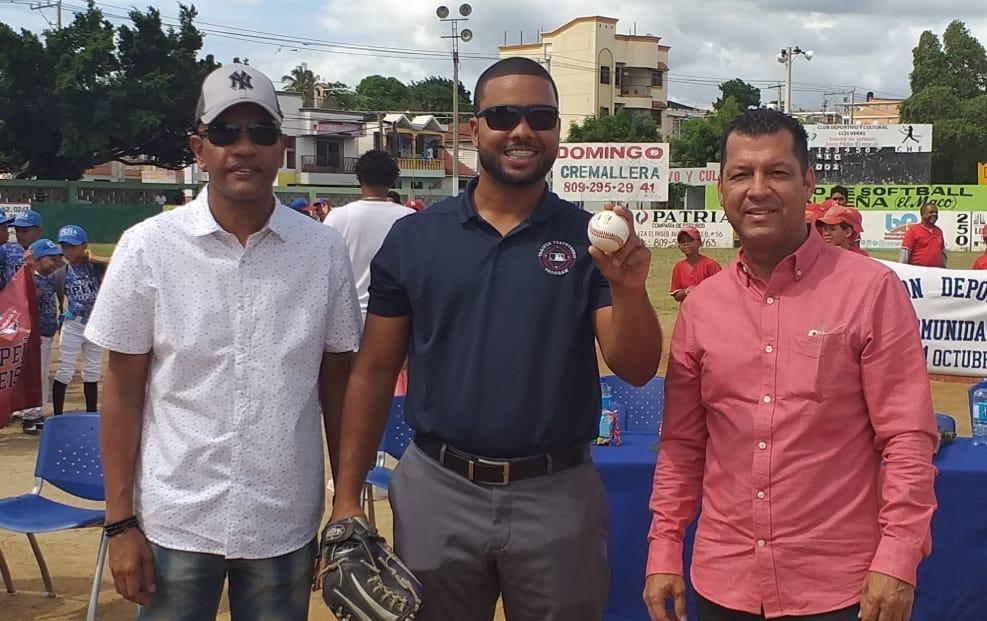 Miguel Matos con Leonardo (Pichí) Almonte y Tite Núñez realiza el lanzamiento de la primera bola del Torneo Vacacional.