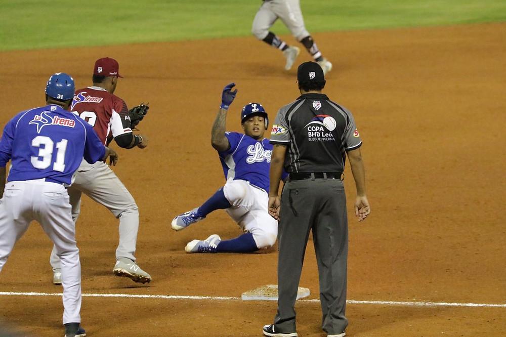 jugador llega a tercera base
