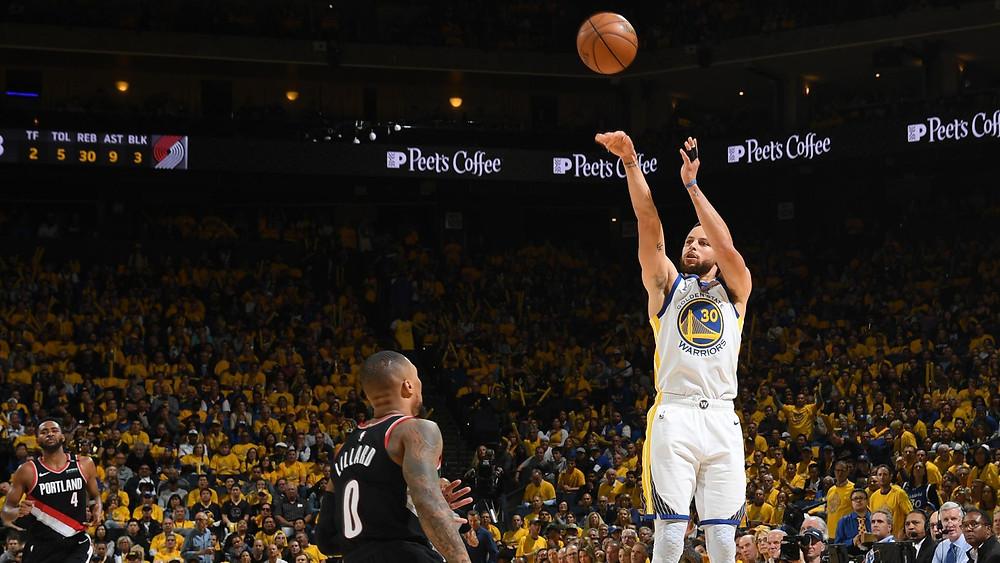 Curry metió nueve triples y anotó 36 puntos