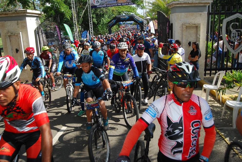 Cientos de pedalistas comienzan el recorrido por las dos rutas del Clásico MTB Patrón Santiago.