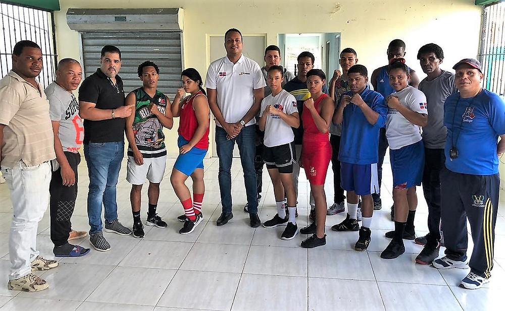 En el centro, el licenciado Radhames Espinal, presidente de la XXXIX Copa Independencia de Boxeo Internacional, presenta a los boxeadores, masculinos y femeninos de Santiago, así como a los entrenadores