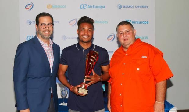 Manuel Luna y Jorge Allen Bauger premian a Edipo Rodríguez, futbolista del año. (MARTÍN CASTRO)