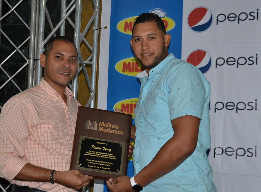 Daury Torres , premiado como el Novato del año d elas Aguilas Cibaeñas.