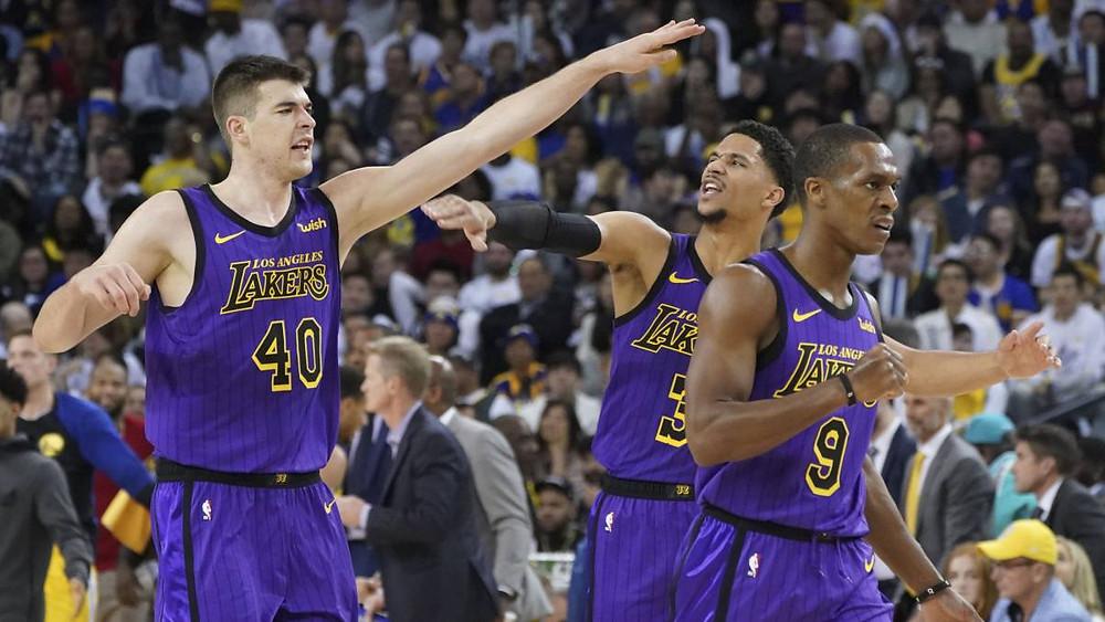 Los Lakers celebran la victoria.