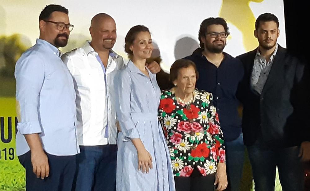 Doña Balbina Ochoa, la madre, encabeza a parte de os familiares de Marino Ochoa en el anuncio del Torneo de Golf.