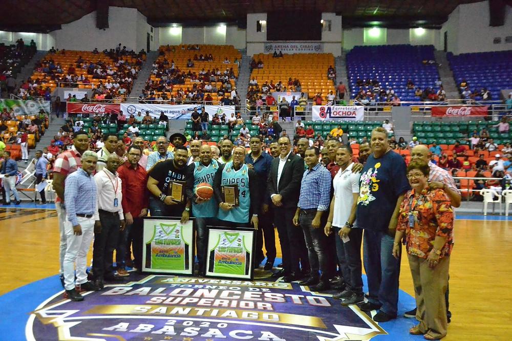 Leyendas del baloncesto de Santiago reciben reconocimiento.