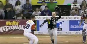 Félix Pérez de los Leones del Caracas y el lanzador de La Guaira Jorgan Cavanerio