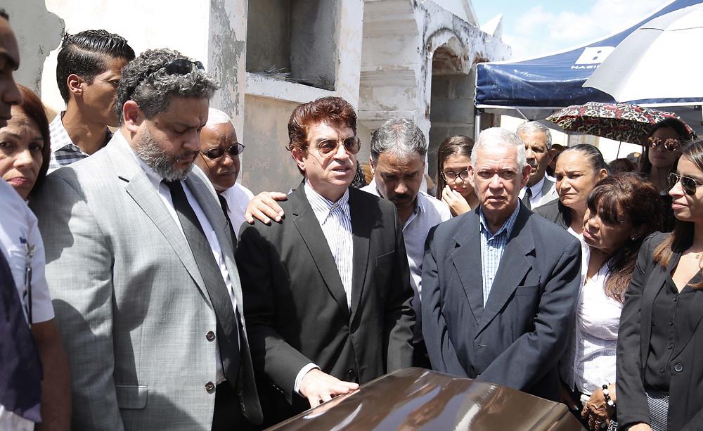 Santiago y Juan Saint Hilaire le dan el último adiós a su padre