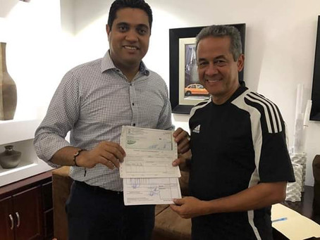 Alcalde Vegano Ing.Kelvin Cruz entrega aporte medio millón de pesos a  Atlético Vega Real LDF.