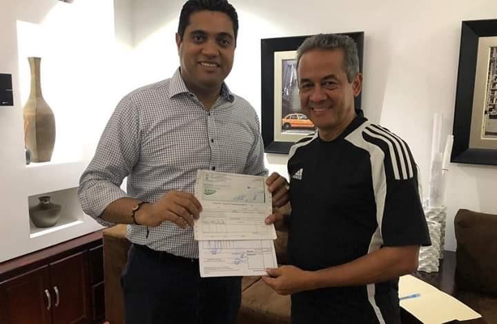 el Alcalde Vegano Ing.Kelvin Cruz entregó por tercer año consecutivo medio millón de pesos Dominicanos a Francisco Dechamps presidente ejecutivo de Los Atléticos Vega Real