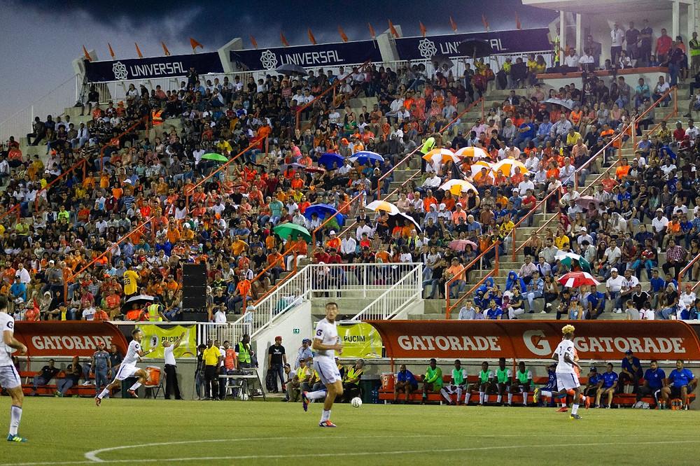 Los aficionados abarrotaron el estadio del Cibao FC con capacidad para 10 mil fanáticos.