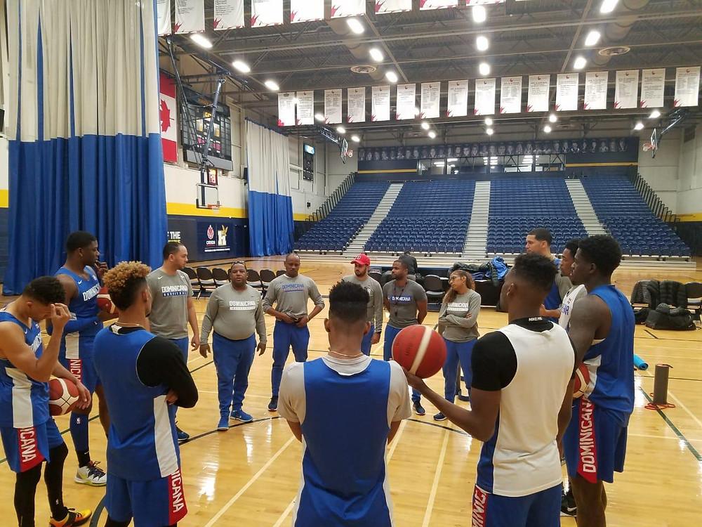 Melvyn López en los entrenamientos de la selección nacional de baloncesto.