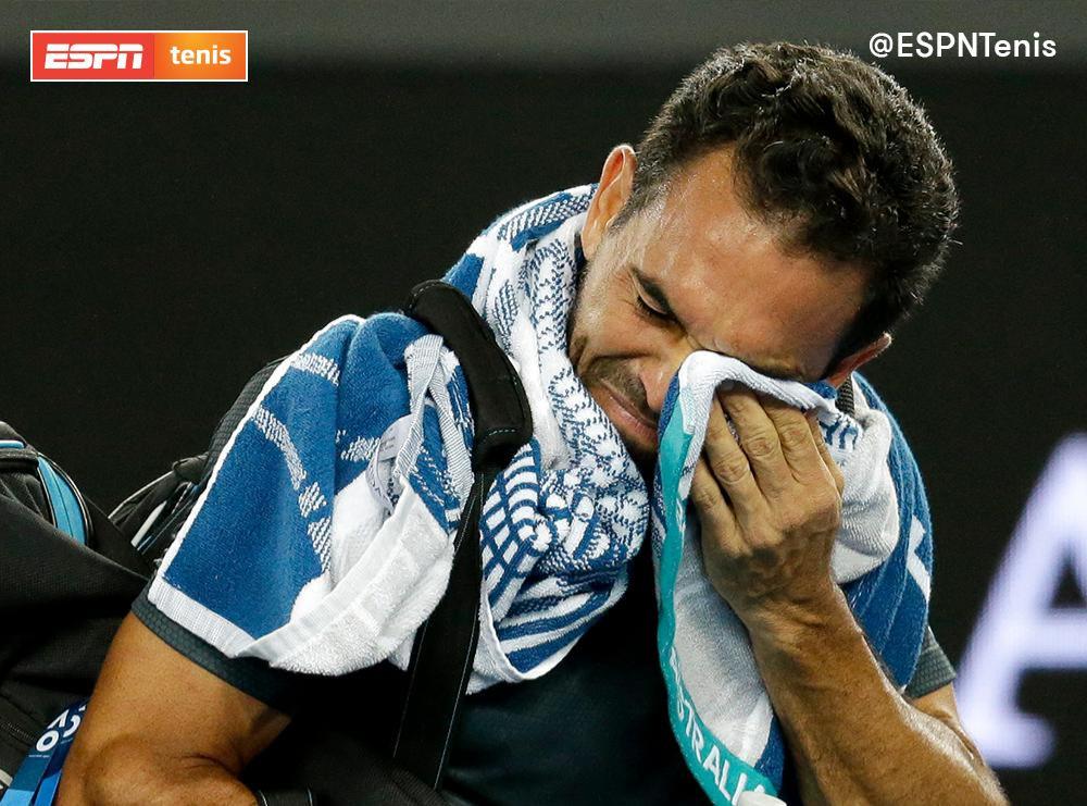 Víctor Estrella-Burgos llora luego del partido.