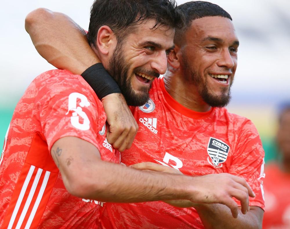 Max Rauhofer felicitado por Danco Garcia tras  el primer Gol de Cibao FC