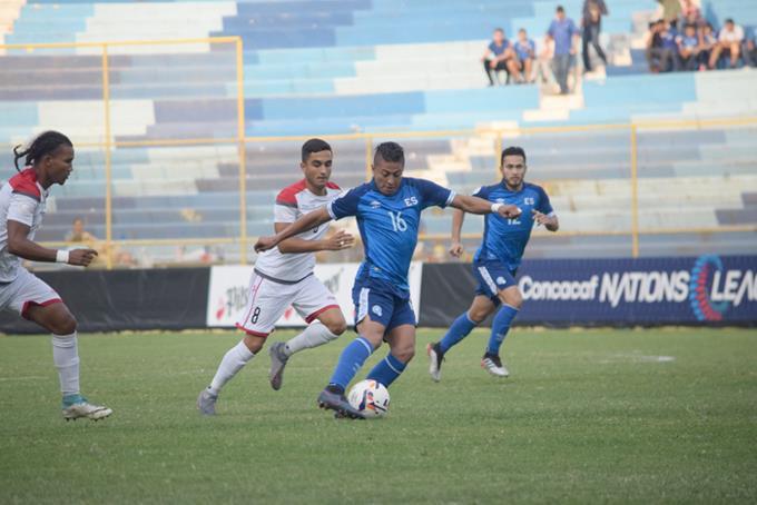 Un momento de acción en el partido de ayer entre República Dominicana y El Salvador.