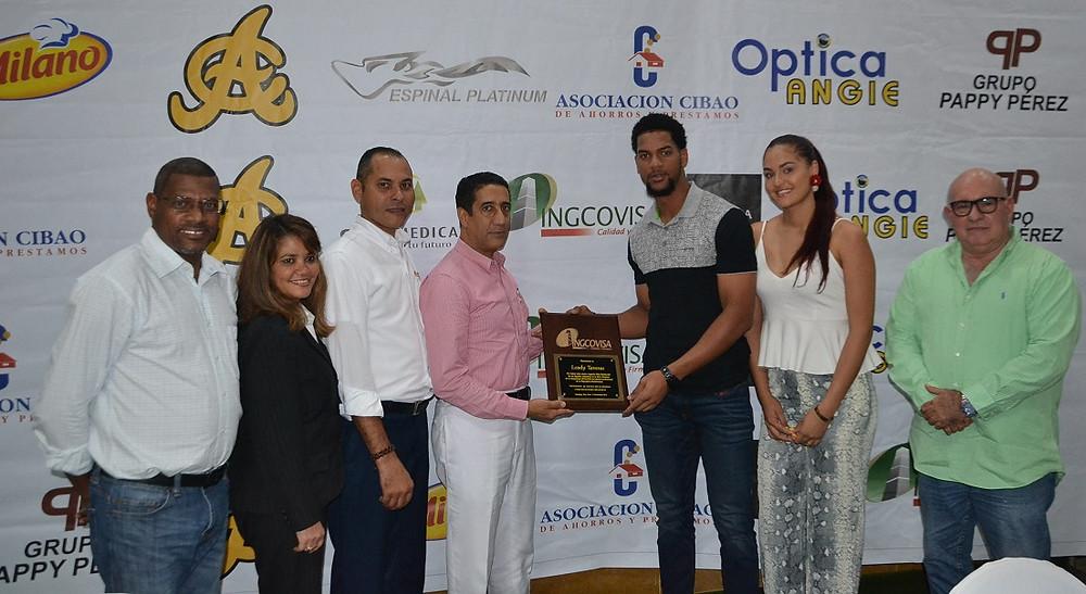 Amable Guzán ,de Ingcovisa premia a Leody Taveras. Acompañan Rafael Baldayac, Flornagel Bueno, David Nuñz ,Robert Cabrera y