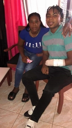 Luis Alberto Santana junto a su madre Francis Berenice Ballette en su hogar, donde se recupera de lo ocurrido.