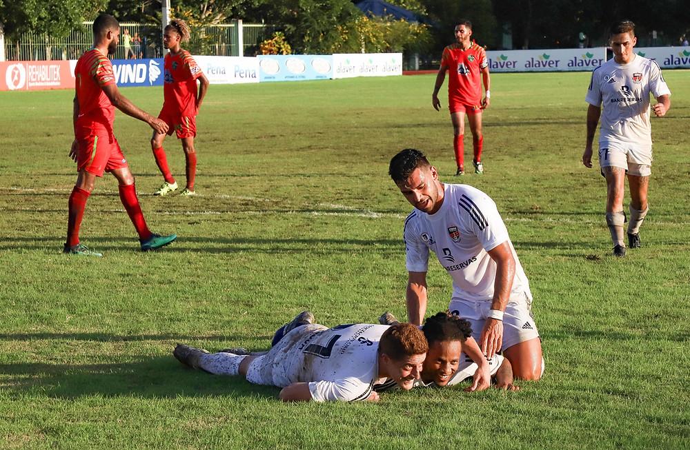 Deslizándose de cabeza celebran Germán Sosa y Charles Herold los goles anotados para Cibao FC.