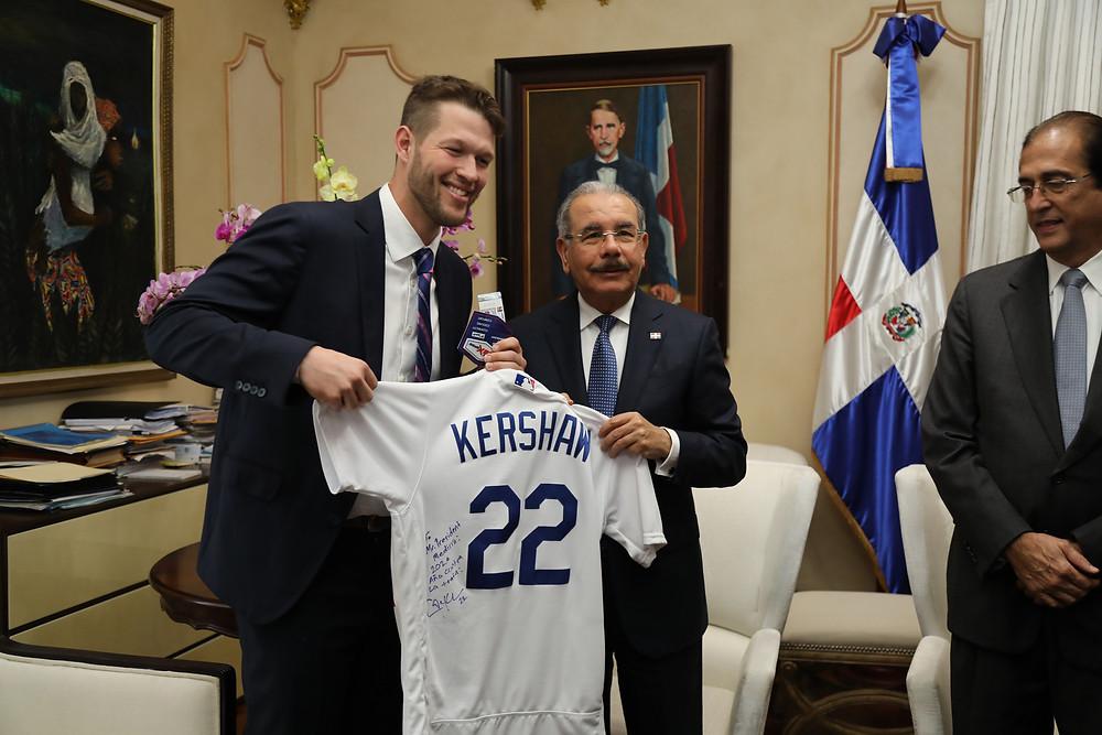 Cleyton Kershaw entrega uniforme firmado al presidente Danilo Medina