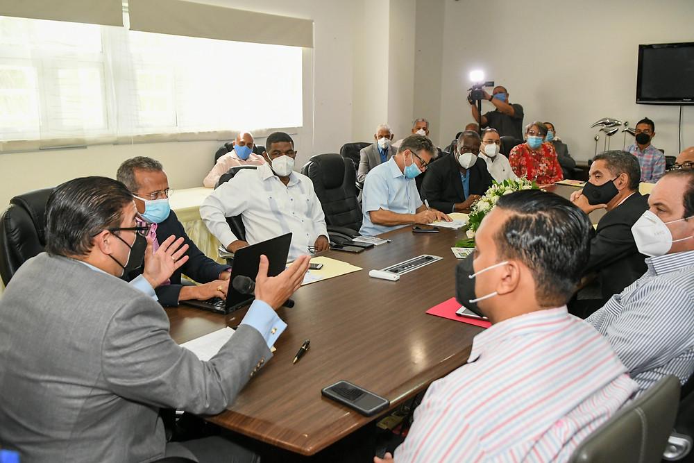 El ministro de Deportes y Recreación Francisco Camacho encabeza la primera reunión de su gabinete ministerial.