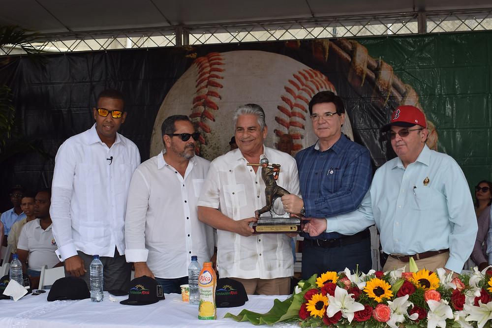 1-Julio Virgilio Brache y Braulio Brache (derecha) entregan un trofeo como homenaje a Winston Llenas por dedicarle el X Torneo de Béisbol RBI Fundación Rica de Villa Altagracia. Acompañan Junior Noboa y el representante de MLB Henry González (izquierda).