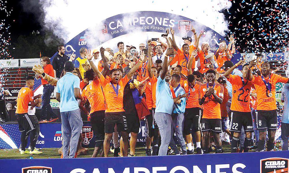 Cibao FC con la Copa de Campeón del Caribe 2017.